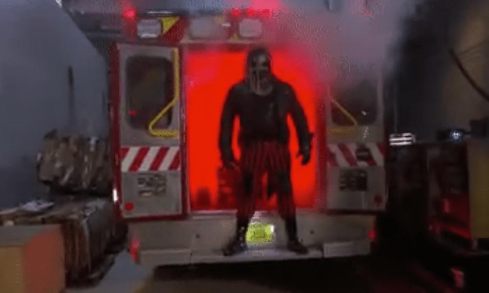 Después de que WWE Friday Night SmackDown termina, el diablo sale de la ambulancia