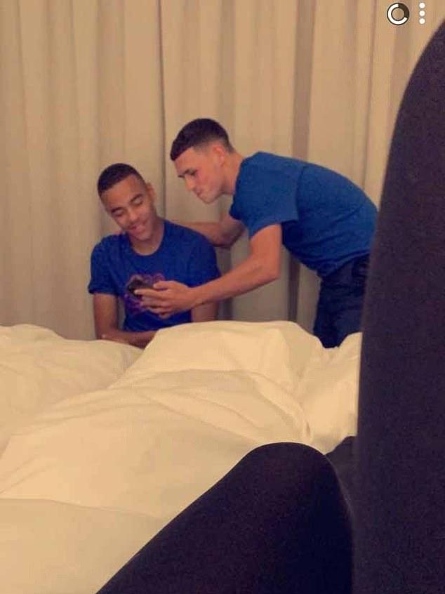 Greenwood y Foden (en la foto) rompieron los protocolos y fueron multados después de que llevaron a escondidas a dos chicas a su habitación de hotel en Islandia, rompiendo su burbuja de covid-19.