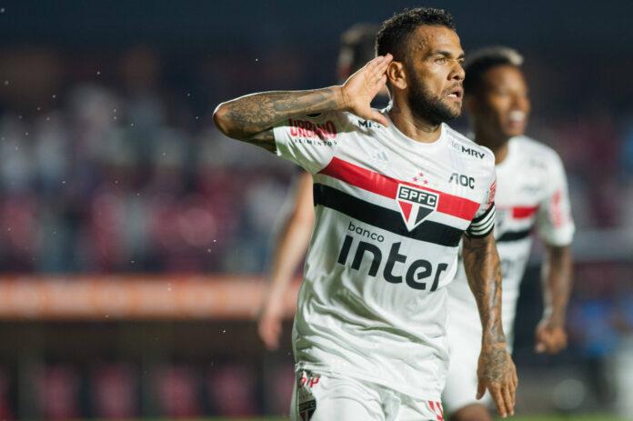 El presidente de São Paulo mantiene la esperanza de que Dani Alves permanecerá en el club a pesar de su reciente mala forma