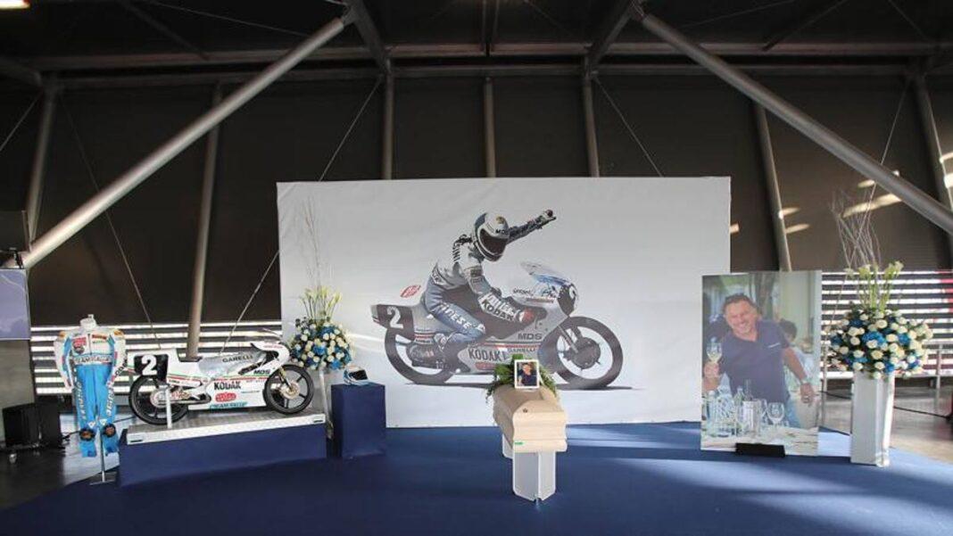 """El último abrazo del mundo de las motos en Gresini:  """"Un buen hombre"""""""