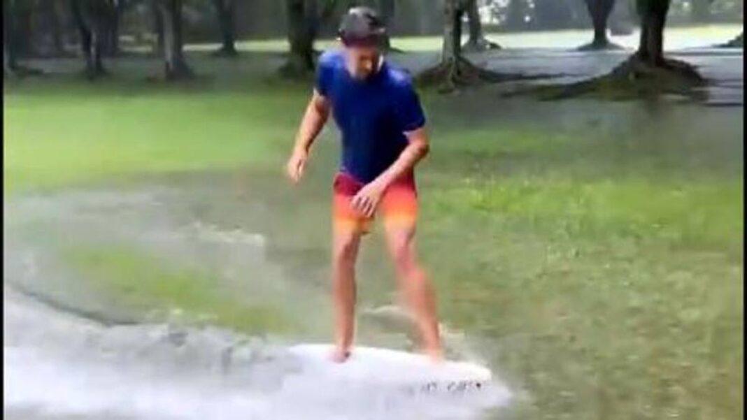 Lluvia torrencial ... ¡Y Casey Stoner aprovecha la oportunidad para surfear sobre la hierba!