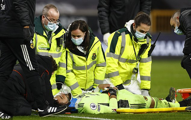 El portero de los Wolves fue retirado en camilla tras sufrir una lesión tras el fuera de juego de Salah