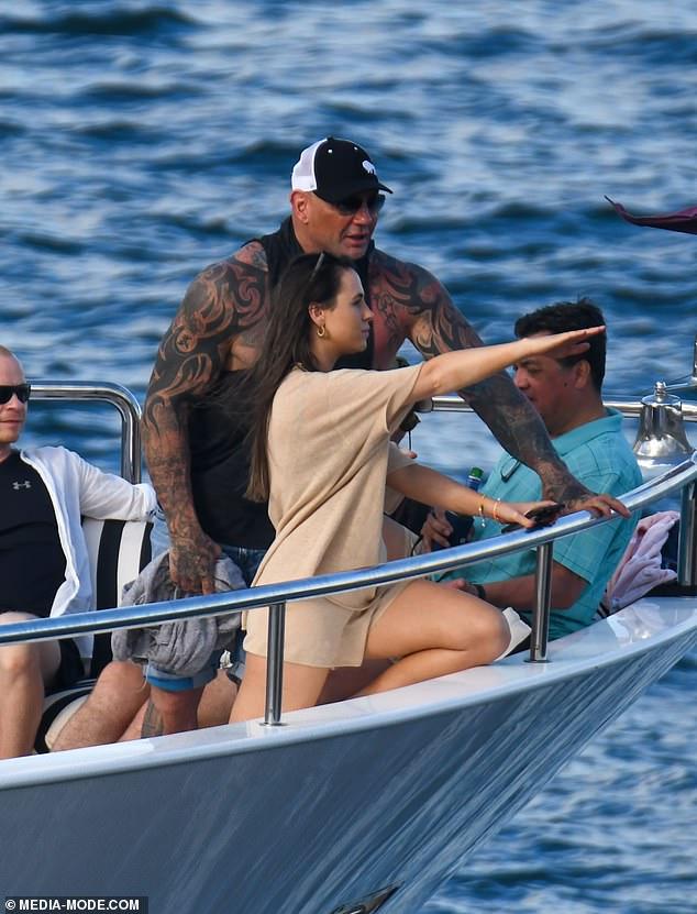 ¡por allí!Parece mostrarle a Dave algo en la distancia, extendiendo su brazo frente a ella.