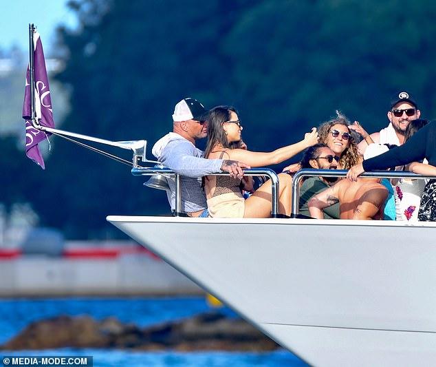 Imagen perfecta: en un momento, cuando una mujer se sienta en la proa del barco y se toman una selfie juntos, la mujer se enfrenta a Dave.