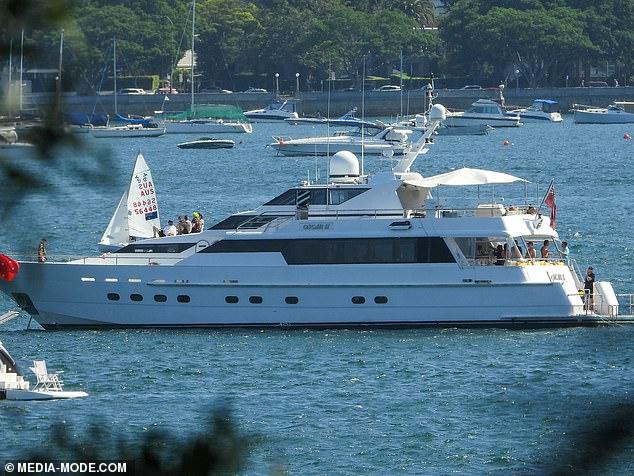¡Guau!El gran yate se destaca entre otros barcos más pequeños que flotan en el puerto de Sydney
