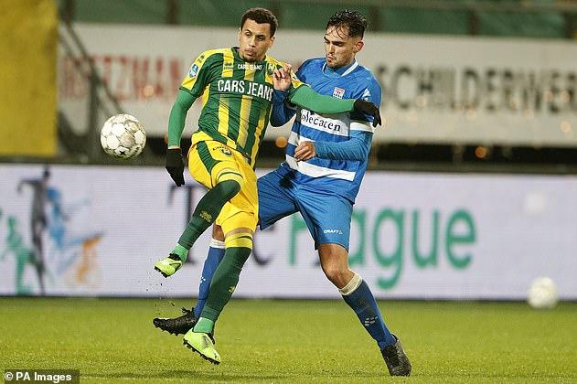 Morrison (izquierda) ha cancelado su contrato con el club holandés ADO Den Haag durante cuatro meses.