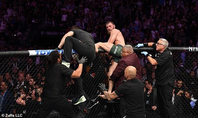 Nurmagomedov saltó la jaula y McGregor fue atacado en la escena salvaje en 2018