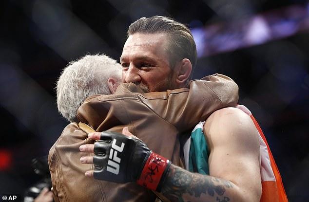 También rindió homenaje a Donald Cerrone, abrazando a la abuela de Cowboy después de que se pelearon.