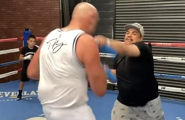 Fury participó en un trabajo de velocidad con el legendario cutman Jorge Capetillo (derecha) el lunes