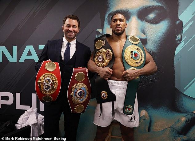 Joshua (en la foto, derecha) cree que le quedan 'de cinco a seis años' en su carrera profesional en el boxeo