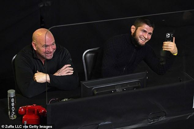 Khabib Nurmagomedov (derecha) debería apoyar unirse a WWE y convertirse en una figura popular en WWE