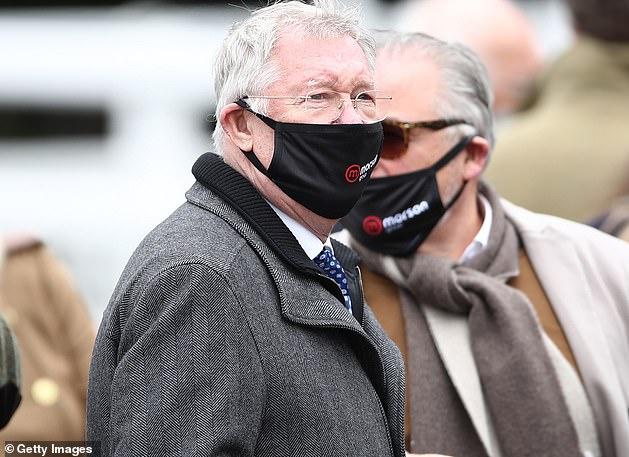 El propietario ganador, Sir Alex Ferguson, observa a su caballo Protektorat ganar la carrera inaugural de la reunión de Aintree Grand National, y el ex jefe del Man United pronto celebró un triplete.