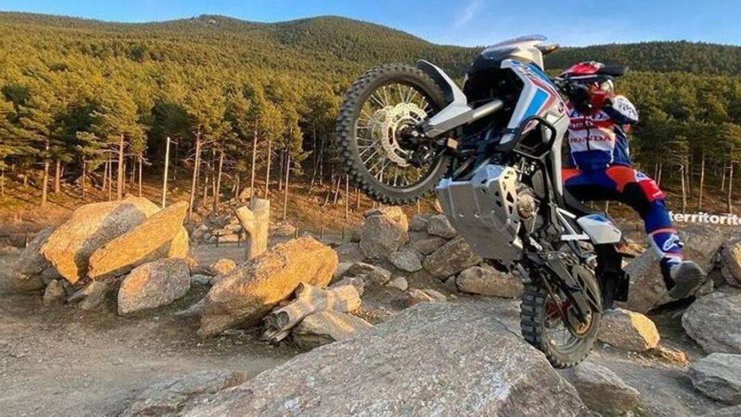 Toni Bou exageró: ¡saltos y acrobacias con una Honda Africa Twin de 226 kg!