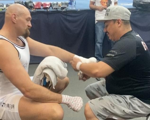 Tyson Fury (izquierda) está en Las Vegas mientras comienza sus preparativos para luchar contra su rival Anthony Joshua.