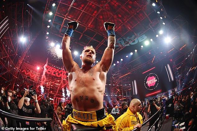 Paul, quien pasó de YouTuber a boxeador, ganó las tres batallas en un círculo cuadrado.