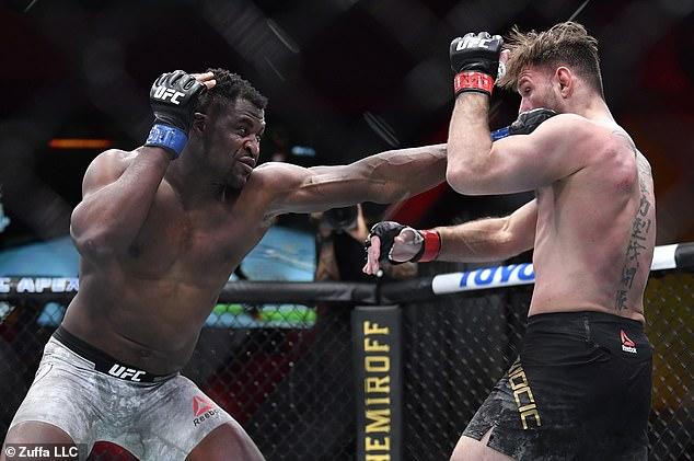 Pelea: No estaba claro a quién apoyaban Barker y Kardashian, pero Francis Ngannou de Camerún brindó el golpe perfecto para consolidar su victoria sobre su oponente Stipe Miocic.