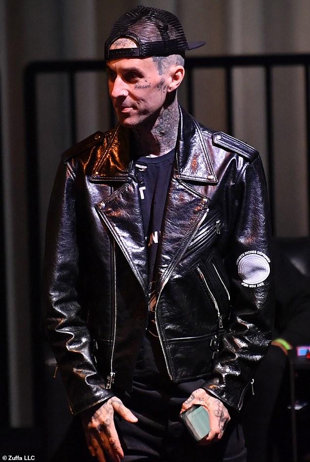 Back to Black: Barker coordinó con su nena de reality de televisión usando su propia chaqueta negra vanguardista