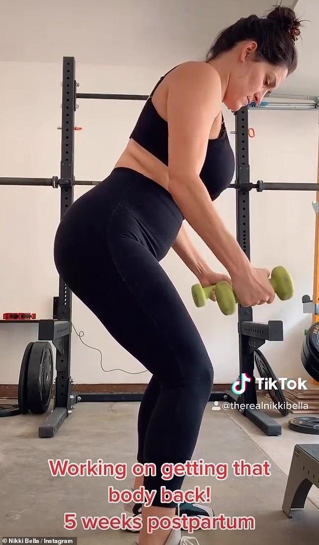Sudando: Nikki vislumbró su rutina de ejercicios posparto más tarde y publicó una compilación de su TikTok, afirmando que estaba sudando con un sostén deportivo negro y mallas a juego.