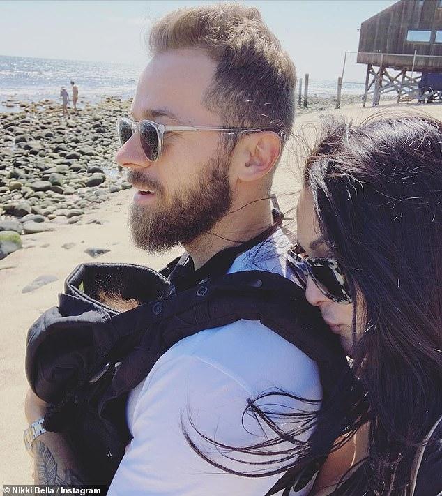Embarazo de gemelos: nació un mes antes de que su hermana gemela de 36 años, Brie Bella, saludara a su hijo Buddy Dessert. También compartió a su hija de tres años Birdie Joe con su esposo de 39 años, Daniel Boyan.