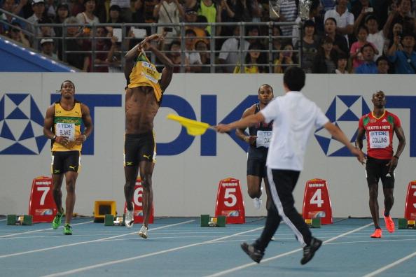 Los 100 metros anteriores de Bolt en un Campeonato Mundial de Atletismo terminaron de manera impactante cuando comenzó en falso en las eliminatorias.