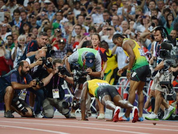 Usain Bolt hace flexiones tras ganar 200 metros de oro en Londres 2012