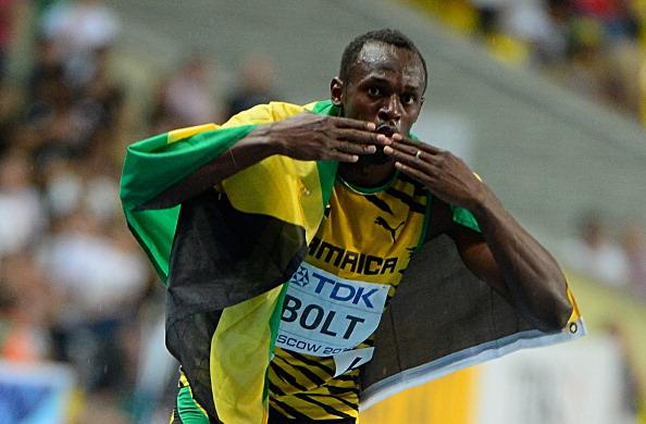 Bolt lanza besos tras recuperar su título de los 100 metros