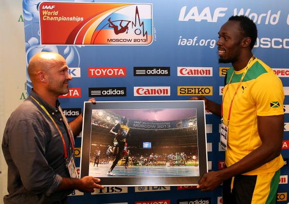 Los dos actores clave se encuentran mientras Olivier le entrega a Bolt una copia especial de la foto.