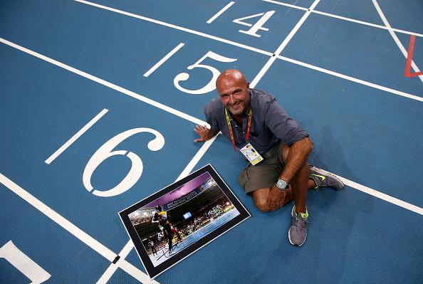 Olivier posa con la foto que le valió el reconocimiento mundial