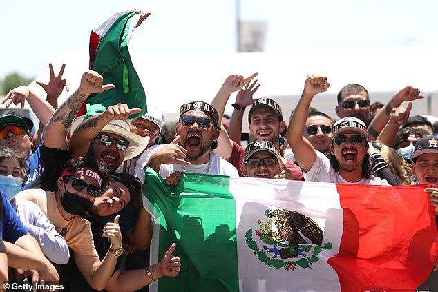 Alrededor de 5,000 seguidores de Canelo acudieron para mostrar su apoyo a la estrella mexicana