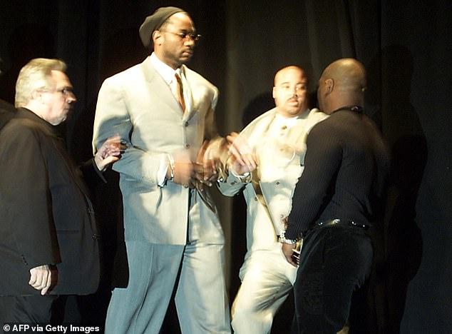 La escaramuza comenzó después de que Tyson se abalanzó sobre Lewis y golpeó a uno de sus guardaespaldas.