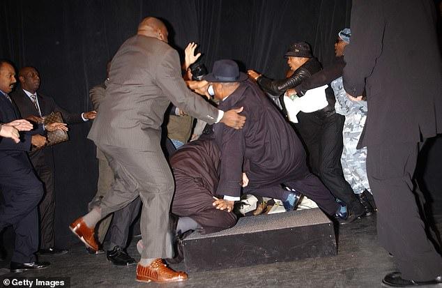 Lewis y Tyson se enredaron en una pelea masiva en una prensa en Nueva York