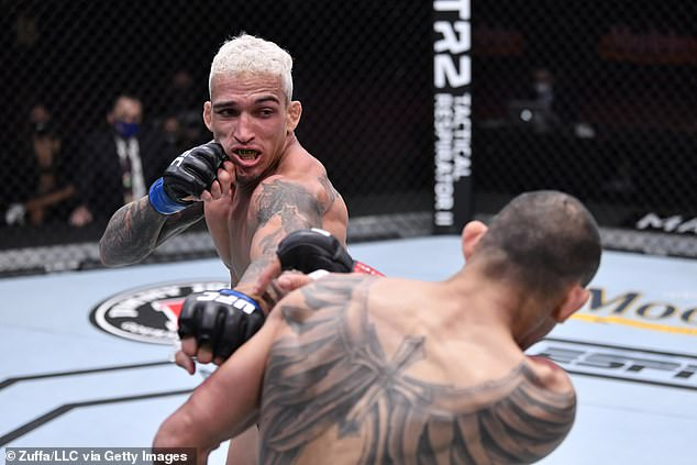 Oliveira no es conocido como un potente golpeador, pero sigue siendo peligroso con sus piernas octogonales.