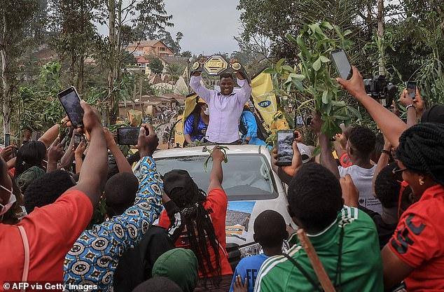 Francis Ngannou ha estado mostrando su cinturón de peso pesado en su ciudad natal de Camerún