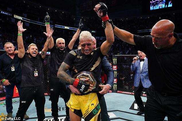 El brasileño se convirtió en campeón mundial de peso ligero después de su segunda victoria por nocaut técnico
