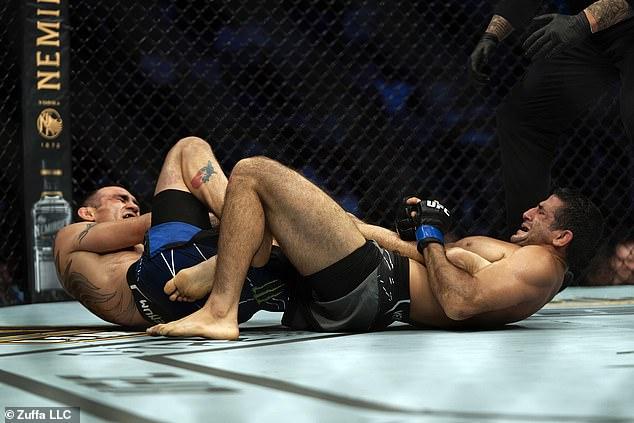 Ferguson pudo terminar la pelea a pesar de una lesión en la rodilla en el segundo asalto