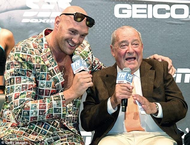 El promotor de Fury, Bob Arum (derecha), espera que Fury (izquierda) sea liberado de la pelea de la trilogía.