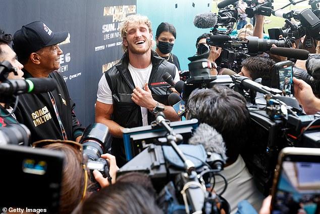 El YouTuber convertido en boxeador Paul (centro) tiene un espíritu optimista antes de la pelea de exhibición en Miami