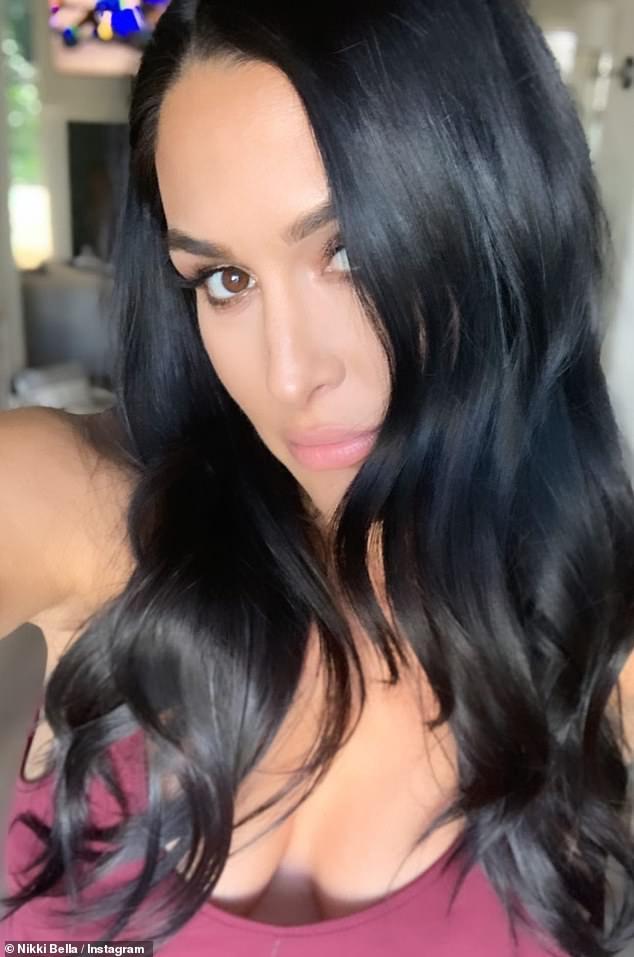 Pantalla brillante: la niña de 36 años luce absolutamente radiante encima de H&M, moldeando su cabello en hermosas ondas sueltas.