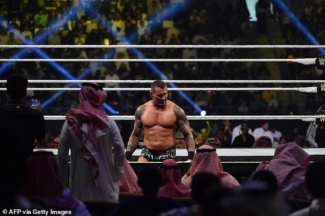 El subdirector médico de la WWE, el Dr. Jeffrey Dugas, confirmó el resultado positivo de la prueba en un comunicado. Según Dugas, el luchador en desarrollo fue el último en estar en las instalaciones el 9 de junio. Se ordenó que todos los empleados se hicieran la prueba del virus.Fotografiado por Randy Orton en 2018