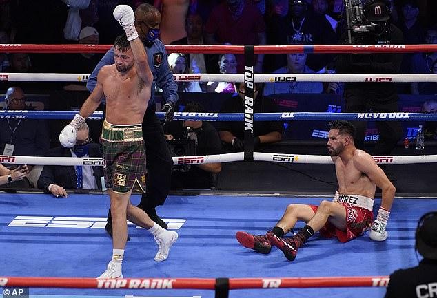 Dos caídas en las rondas intermedias resultaron decisivas, ya que Taylor ganó por decisión unánime.