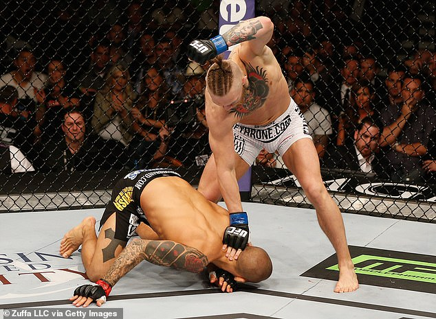 Las gafas contenían una imagen de McGregor (derecha) derrotando a Poirier (izquierda) en UFC 178 en 2014.