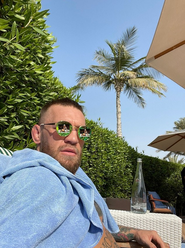 Conor McGregor provocó a Dustin Poirier, su oponente en la trilogía, con gafas de sol
