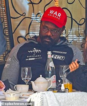 Derek Chisora fue visto a almorzar el domingo, menos de un día después de su controvertida derrota.