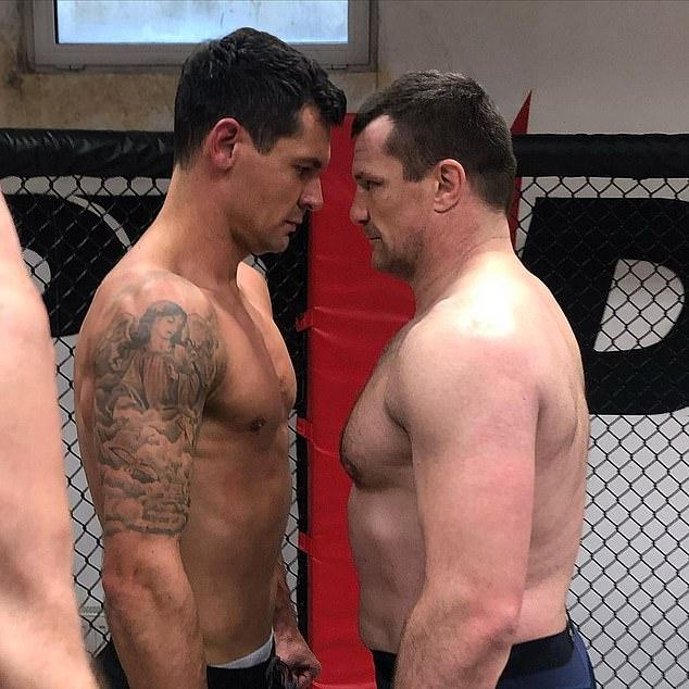 Dejan Lovren y el ex luchador de UFC Mirko Cro Cop se enfrentan en un octágono para una sesión de sparring