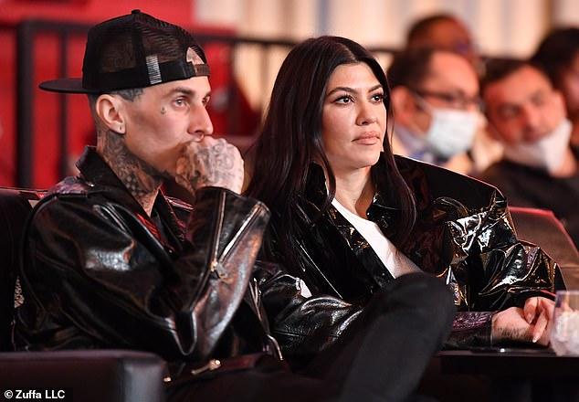 Noche de cita: Travis Barker y Kourtney Kardashian asistieron al tan esperado evento UFC 260 en UFCAPEX en Las Vegas y disfrutaron de una salida el sábado por la noche.