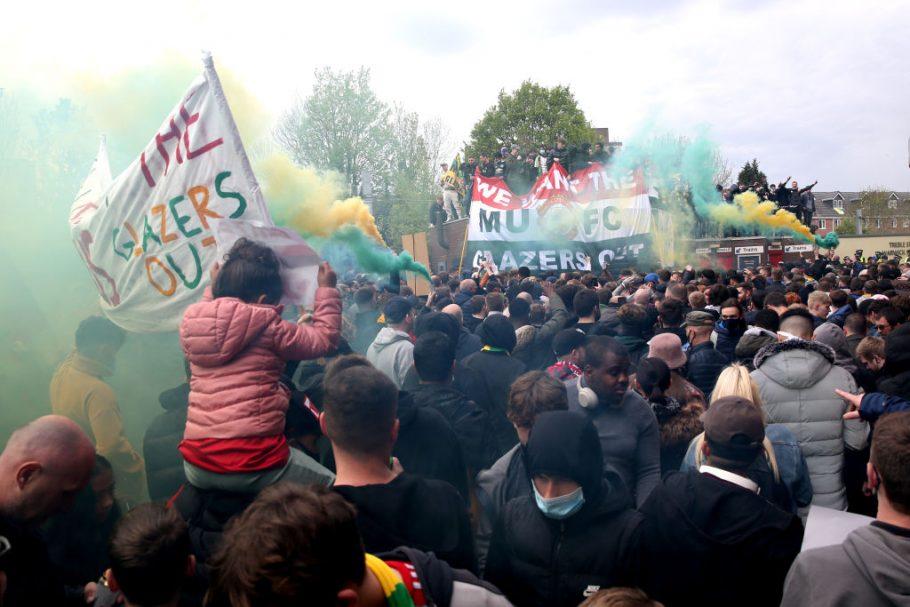 Glazers puede prohibir a los fanáticos del Man United después de la protesta, Gary Neville visto a un manifestante golpeando los puños