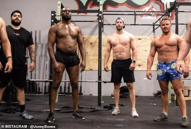 Jon Jones (segundo desde la izquierda) pesa un montón de libras, lo que parece enorme para alguien que ingresa a la categoría de peso pesado.
