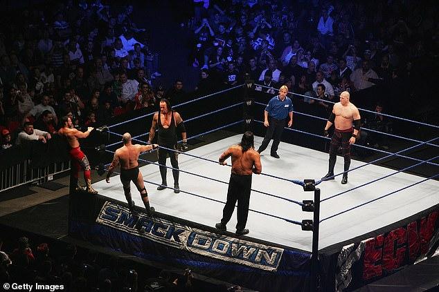 Después de que el luchador dio positivo por el coronavirus, las instalaciones de entrenamiento de la WWE en Orlando, Florida cancelaron su video y ordenaron que se hiciera la prueba.La imagen muestra a los luchadores durante SmackDown en 2008.