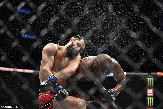 Usman sorprendió a Jorge Masvidal con una victoria por nocaut en el evento principal de UFC 261