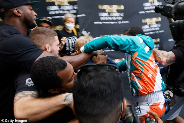 Mayweather fue captada por la cámara arremetiendo contra Jake mientras ambos bandos comenzaban a deshacerse